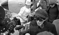 Stones Ankunft am Flughafen Düsseldorf Hermann Schröer/Timeline Images #1965 #60s #60er #Rock #Konzert #Musik #Sonnenbrille