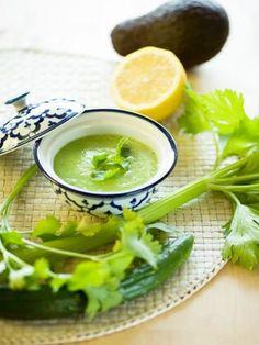 グリーンスムージーをスープにアレンジ。パクチー好きにはたまらないエスニック風味のやみつきスープ。|『ELLE a table』はおしゃれで簡単なレシピが満載!
