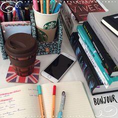 Bom dia, seus lindos! Esse cantinho da minha mesa é o da bagunça, os livros que vou mostrar em vídeo ficam aqui e só depois de gravar que eles vão para a estante  No moleskine eu anoto livros lidos e novos (comprei, ganhei, troca e parceria). #books #mess #morning