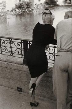 """Marilyn Monroe (from behind, at river's edge), on the set of """"The Misfits"""", Henri Cartier-Bresson Hollywood Glamour, Classic Hollywood, Old Hollywood, Hollywood Actresses, Marilyn Monroe Stil, Marilyn Monroe Photos, Henri Cartier Bresson, Mao Zedong, Norma Jeane"""