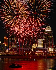Fireworks Over Cincinnati Skyline Fireworks Pictures, Fireworks Art, Fireworks Design, Cincinnati Skyline, Cincinnati Reds, Ohio River, Night City, City Photography, Best Cities