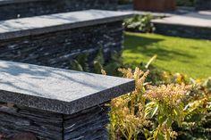 Voor de kleine kinderen en gemak in onderhoud is in deze tuin gekozen voor kunstgras. Zacht en onderhoudsvrij.