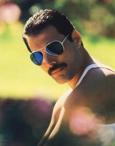 "Freddie Mercury, 5 September 1946 – 24 November 1991. Allmusic has characterised Mercury as ""one of rock's greatest all-time entertainers"", who possessed ""one of the greatest voices in all of music""."