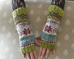 Ravelry: Project Gallery for Fjord Rose Wrist warmers pattern by DROPS design Mittens Pattern, Knit Mittens, Knitted Gloves, Knitting Socks, Hand Knitting, Knitting Machine, Knitting Designs, Knitting Projects, Knitting Patterns