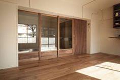 49年老屋改建案,在格局與動線上強調穿透性,利用木建材提升溫暖氛圍,並保留了一些懷舊的記憶元素,在新舊融合中鋪陳平靜安穩的生活故事。 via snark.cc