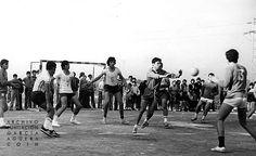 1972. Coín. Feria de Mayo             López Duerto - Andrés Moyano             Completo reportaje fotográfico de la Feria de Mayo de Coín que se celebró del 3 al 7 de mayo de 1972. En esta, momento del partido del 'Primer Trofeo Coín de Balonmano Masculino', entre el Polideportivo Juventud de Primera Provincial y Coín O.J.E., en la tarde del domingo 7 de mayo.