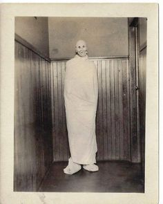 There is something interesting about these creepy vintage photos, whether they are people wearing Halloween costumes or an intentional family photography shoot. Retro Halloween, Halloween Fotos, Vintage Halloween Photos, Creepy Halloween, Halloween Pictures, Halloween Stuff, Halloween Party, Halloween Halloween, Halloween Makeup