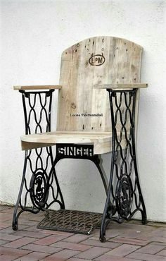 DIY Ideas for Pallet Furniture Projects and Plans. on Wood Pallet Furniture… Pallet Chair, Pallet Furniture, Furniture Projects, Furniture Makeover, Home Projects, Painted Furniture, Pallet Wood, Street Furniture, Ikea Furniture