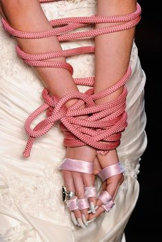 Noivas amordaçadas no desfile de Samuel Cirnansck causam polêmica. Cordas com fios de seda - Saiba mais em - http://vestido-de-noiva.org/noivas-amordacadas-no-desfile-de-samuel-cirnansck-causam-polemica/