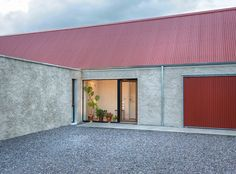 Red corrugated roofs and doors are at first a crazy feature but they really make this home snap. Architecture Awards, Roof Architecture, Flat Roof Repair, Roof Cladding, Cottage Extension, Corrugated Roofing, Corrugated Metal, Timber Roof, Farmhouse Architecture
