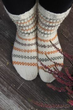 Sukkia sukkia - Lankamutkalla Rainbow Dog, Men In Heels, Knitting Socks, Knit Socks, Warm Socks, Red Green Yellow, High Shoes, Circular Needles, Knit Wrap