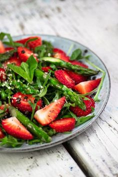 Grüner Spargel & Erdbeer Salat | Foodreich ♥ Vegan Foodblog