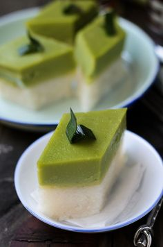 Pandan Custard-Glutinous Rice Layers  In Malaysia, its known as either Kuih Seri Muka,  kuih salat or pulut sekaya. One of Malaysians favourite sweet, creamy and salty dessert to be enjoyed either for breakfast, afternoon tea or for dessert. #Malaysiankuih #kuih #Sweet #dessert #glutinousrice #pandan
