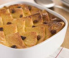 Knowing how to make bread pudding helps you to make the delicious desserts using simple kitchen leftovers in a matter of minutes. Continue reading to know how you can make bread pudding from scratch. Irish Desserts, Köstliche Desserts, Healthy Dessert Recipes, Holiday Desserts, Delicious Desserts, Sticky Toffee Pudding, Traditional English Food, One Pot Chef, Chocolate Stout Cake