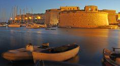La penisola salentina è la zona della Puglia compresa tra il mare Ionio e il mare Adriatico, una zona di immensa bellezza collocata sul tacco dello stivale, un territorio vasto immerso nella vegetazione, tra uliveti secolari e vigne, caratterizzato da strade strette e tortuose e dal mare