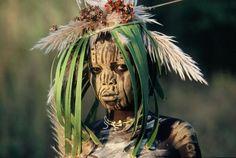 """""""Les peuples de l'Omo"""" Photos Hans Silvester Aux confins de l'Ethiopie, à trois jours de piste d'Addid-Abeba, à plus de mille kilomètres de Khartoum et à des siècles de la modernité, Hans Silvester a photographié pendant six ans des tribus où hommes,femmes,enfants, vieillards, sont des génies de l'art contemporain. Leur corps est leur toile et leurs doigts des pinceaux."""