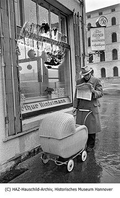 HANNOVER 1955 Ecke Misburger Damm heute Marienstraße  Lavesstraße heute  Walter-Gieseking-Straße. Das Gebäude im Hintergrund ist das Henriettenstift. Museum Hannover, Baby Strollers, Children, Scenery Photography, Pram Sets, Baby Prams, Young Children, Boys, Kids