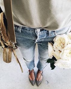 Simple sweater, light wash jeans, and lace-up flats. The perfect daily uniform. Boyfriend Jeans Kombinieren, New Outfits, Cute Outfits, Quoi Porter, Jeans Boyfriend, Outfit Trends, Lace Up Flats, Light Wash Jeans, Everyday Look