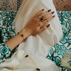 Hand Pictures, Cool Girl Pictures, Stylish Girls Photos, Stylish Girl Pic, Arab Fashion, Girl Fashion, Dps For Girls, Muslim Beauty, Hijab Fashion Inspiration
