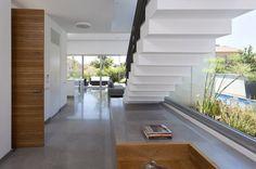 מבט מגרם המדרגות לכיוון חלל המגורים