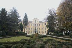 La villa Grimani Valmarana, edificata sui resti di un antico castello medievale, ospita uno dei maggiori cicli di affreschi realizzati nel contesto delle ville venete settecentesche, opera del pittore e decoratore Andrea Urbani....>