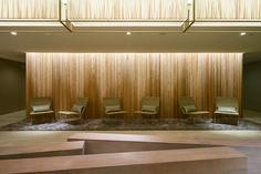 all photos(C)Ikunori Yamamoto 香取建築デザイン事務所による、埼玉の「パレスホテル大宮 2016」です。 パレスホテル大宮内のチャペルおよびブライダルラウンジのリノベーションです。 チャペルは、永年親しまれてきたテーマである「キャンドル」の魅力を引出しつつ共存出来る様な、温かく柔らかい光に包み込まれた空間を目指しました。継ぎ目の無い連続した表現の「光壁」にする為、素材は透過性の高いファブリックを採用しました。特殊な形状記憶加工を施した2枚のファブリックは、間接照明の光と共に幾重にも織り成すゆらぎや奥行感を創り出しています。厚みを持たせた天井のフォルムと柔らかい壁との対比は、重力から解放された様な独特の浮遊感を醸し出しています。…