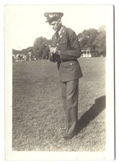 MAN IN UNIFORM WITH CAMERA OLD VINTAGE PHOTO/SNAPSHOT x939