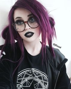 Wow wearing the purple wig this babe is sooo beautiful and cute love it very much. Do you like it girls? Goth Beauty, Hair Beauty, Pelo Emo, Pelo Multicolor, Purple Wig, Pretty People, Hair Goals, Dyed Hair, Hair Inspiration