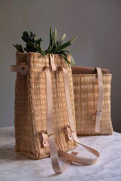Preciosas mochilas y bolsas hechas de mimbrey piel por los chicos croatas de Oaza.                        — Oaza   víaMigue Mollá