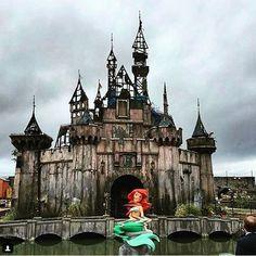 O artista Banksy acaba de criar uma Disney dos pesadelos. Dismaland, na Inglaterra, tem obras de vários artistas, como Damien Hirst. Clique para ver as obras assustadores!