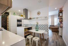Cocina con zona de comedor.  Cocina Santos - Cocina blanca - Cocina con isla - cocina abierta - mármol - cocina de mármol - kitchen - open kitchen - white kitchen - Cocina moderna - decoración - interiorismo - decor - minimal - minimalismo - nórdico