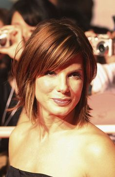 Love These 20 Sandra Bullock Hairstyles (WITH PICTURES) Fans of Sandra Bullock? Find inspirations in our full photo gallery of Sandra Bullock hairstyles. Pick your best style today! Bobbed Hairstyles With Fringe, Bob Hairstyles 2018, Short Haircuts With Bangs, Bob Haircut With Bangs, Layered Bob Hairstyles, Short Hairstyles For Women, Short Hair Cuts, Bob Bangs, Hair Bangs