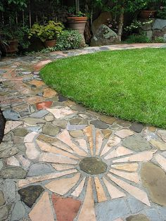 Incredible Garden Pathway Ideas For Backyard And Front Yard 26 Garden Stones, Garden Paths, Diy Garden, Garden Crafts, Shade Garden, Garden Beds, Flagstone Pathway, Paver Walkway, Flagstone Flooring