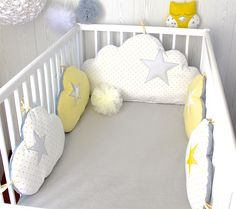Tour de lit bébé, nuages, fille ou garçon, 5 coussins ton gris, jaune et blanc : Linge de lit enfants par petit-lion