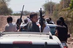El niño autodefensa rumbo a la toma de Los Sandoval, Apatzingán. Foto: Miguel Dimayuga. - #México #Michoacán #Autodefensas #LaKika #punteros #halcones #CaballerosTemplarios #Templarios #sociedad #DescomposicónSocial