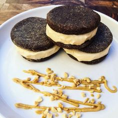 Homemade Peanut Butter Oreos That Will Satisfy Your Sweet CravingsThe Healthy Mummy Healthy Mummy Recipes, Healthy Sweet Treats, Healthy Desserts, Thm Recipes, Healthy Food, Peanut Butter Filling, Homemade Peanut Butter, Healthy Peanut Butter, Bon Appetit