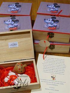 Προσκλητήριο με μπομπονιέρα μαζί μικυ μαους Gift Wrapping, Pets, Design, Gift Wrapping Paper, Wrapping Gifts, Gift Packaging, Animals And Pets