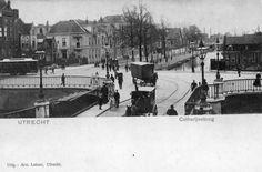1890 - 1905 beschrijvingGezicht op de Catharijnebrug over de Stadsbuitengracht te Utrecht met links van het midden enkele huizen aan de Leidseweg.