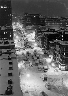 The Great Blizzard of 1947 Brings New York City to a crawl  December of 1947 brought an incredible blizzard when a record 25 inches of snow fell in less than 24 hrs. The city that never sleeps was blanketed with snow that started falling at approximately 3:00 a.m. and didn't stop until the following night. When most people were getting up to go to work there was only a few inches, but by mid-day the snow picked up drastically.