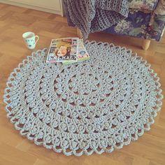 Denna runda matta, som jag döpte till Lilli, virkade jag för drygt ett år sedan. Den är högt älskad, en av de saker jag känner mig mest nöjd och stolt över att ha skapat. Och ännu stoltare blir jag… Crochet Home Decor, Diy Crochet, Crochet Crafts, Yarn Crafts, Diy And Crafts, Crochet Ideas, Crochet Rug Patterns, Knitting Patterns, Maila