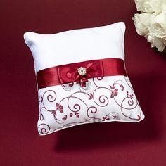 http://www.mybomboniere.it/matrimonio/addobbi-cerimonia/cuscino-portafedi/cuscino-portafedit-rosso-e-bianco.html Volete qualche cosa di diverso per il vostro cuscino portafedi? Beh questo che vi proponiamo è veramente particolare e sofisticato. Questo bellissimo cuscino portafedi è riverstito di satin color bianco. La parte inferiore è decorata con un design di fiori, foglie e vite. Il centro è raccolto da un nastri color rosso ed un'applicazione silver.