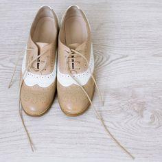 Francesine basse: l'accessorio simbolo del mannish style torna di gran moda ma come abbinare le classiche stringate maschili nei look (glamour) per lei? Ecco i nostri consigli. #scarpe