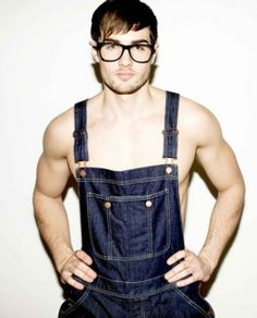 eyewear and overalls: the essentials Chicos Fashion, Denim Fashion, All Jeans, Sexy Jeans, Hipster Chic, Swimwear Model, Fashion Moda, Mens Glasses, Well Dressed Men