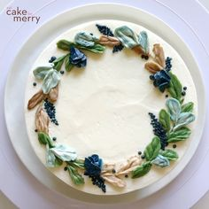 cake decorating videos How to pipe a buttercream wreath cake made of leaves. Cake Decorating Frosting, Cake Decorating Designs, Cake Decorating Videos, Cake Decorating Techniques, Russian Cake Decorating, Simple Cake Decorating, Birthday Cake Decorating, Pretty Birthday Cakes, Pretty Cakes
