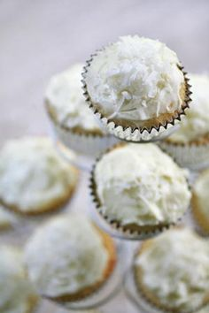 Coconut Cupcakes with Coconut Cream Cheese Frosting on Simply Recipes - Banana Cupcake Ideen Kokos Cupcakes, Coconut Cupcakes, Fun Cupcakes, Cupcake Cakes, Cheesecake Cupcakes, Easter Cupcakes, Mini Cakes, Cup Cakes, Cake Cookies