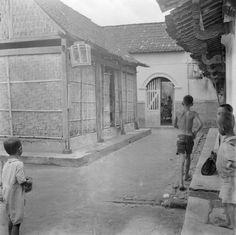 Straatgezicht met de ateliers van zilversmeden te Yogyakarta, Indonesië (1947)