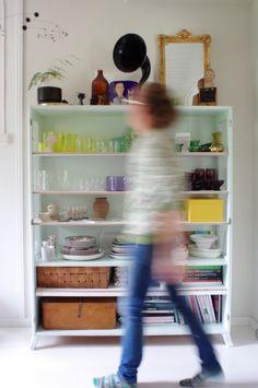 Herra Puukenkä ja Neiti Räsymatto: Vanhat kaapit osa 2 - kaappi määrää kaapin paikan Ladder Bookcase, Shelves, Home Decor, Shelving, Decoration Home, Room Decor, Shelf, Planks, Interior Decorating