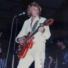 Tenues de scène de Johnny Hallyday— Tournée 79 Idole, Costume, Arts, Photos, French, Scene Outfits, Dress Shirt, World, Photography