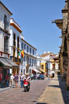 Calle Cardenal Herrero in Barrio de la Juderia, Cordoba, Andalucía_ Spain