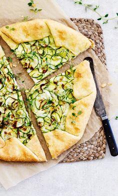 Kesäkurpitsa-galette – nappaa resepti!   Meillä kotona Spanakopita, Ricotta, Vegetable Pizza, Zucchini, Vegetables, Ethnic Recipes, Food, Veggies, Essen